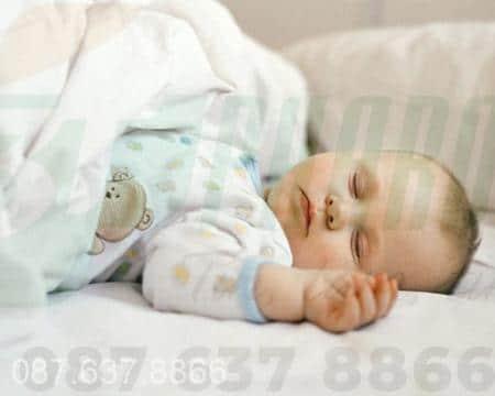 Trẻ ra mồ hôi trộm khi ngủ phải làm sao