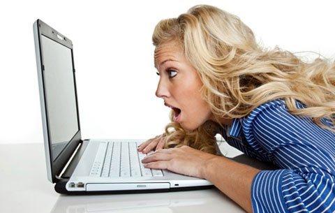 Ngồi máy tính nhiều giờ dễ gây bệnh trĩ 1
