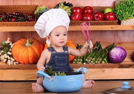 Chiêu 1: Cho trẻ làm đầu bếp 1