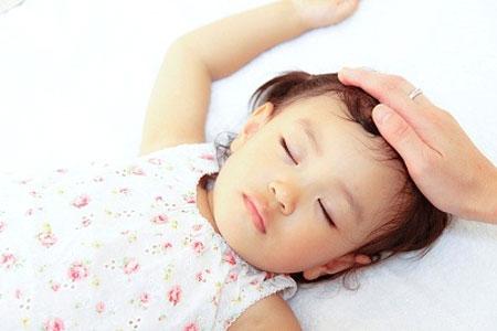 bé ra nhiều mồ hôi khi ngủ có phải do bệnh lý?