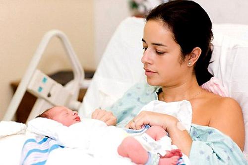Hiện tượng đi ngoài ra máu sau khi sinh 1