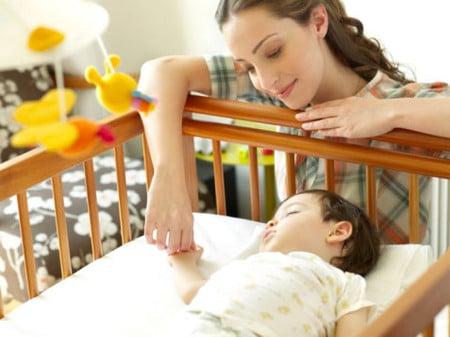 Bé 2 tuổi rất hay bị ốm, ho, ra nhiều mồ hôi ở trán, đầu, ngực