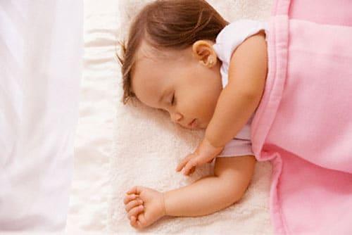 Bé gái 18 tháng bị rối loạn giấc ngủ – Phải làm sao?