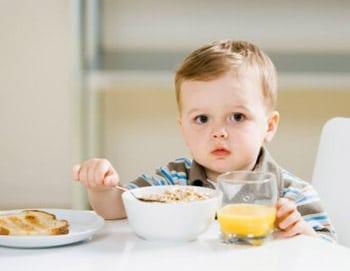 Trẻ ăn không tiêu bị ói thường xuyên nên dùng thuốc thế nào?