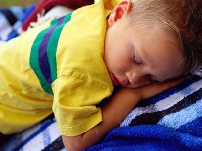 Trẻ ngủ hay giật mình hoảng hốt – Bệnh gì?