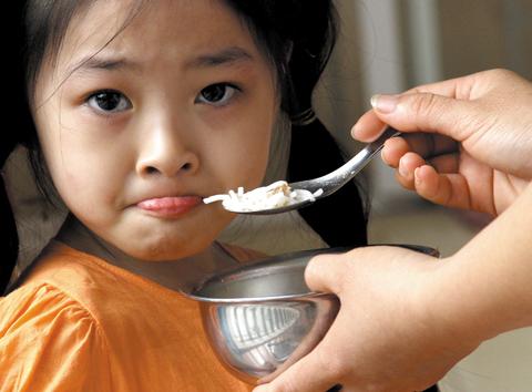 Trẻ biếng ăn mẹ cần phải làm gì?