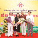 Lương y Ngô Trí Tuệ tặng hoa và chụp ảnh lưu niệm với Giáo sư sử học Lê Văn Lan, Nhà báo Tạ Bích Loan và Chánh Văn phòng Ban chỉ đạo liên ngành hội nhập quốc tế về kinh tế Trịnh Minh Anh