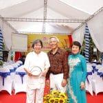 Giáo sư sử học Lê Văn Lan tặng hoa chúc mừng Lương y Ngô Trí Tuệ